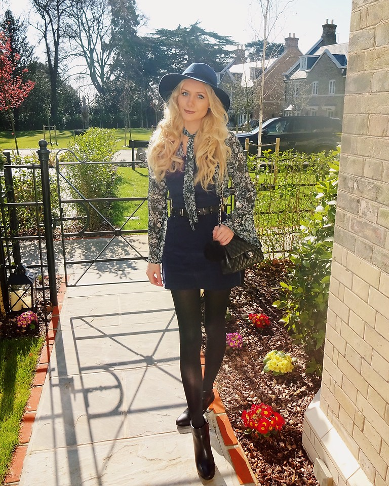 Outfit Westernboots Sacha Boho Kleid Oversized Jeansjacke: Topshop Navy Fedora Hat, Boohoo Floral