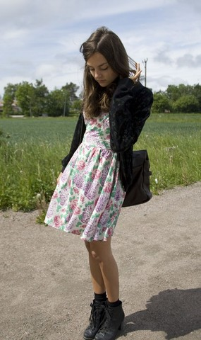 Anna Lengstrand - Din Sko Shoes, Topshop Dress, Second Hand Jacket, Second Hand Bag - On the country side.
