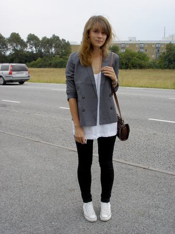 Ellinor Andersson - Monki 90's Blazer, H&M White Tank Top, Monki Black Skinnys, Converse - .... late...