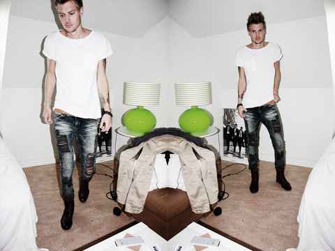 Fredric Johansson - H&M White Tee - Twist It