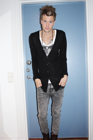 Fredric Johansson - Virginblak Cardigan, Asos Wide Neck Tee, Salt Avenue Stone Washed Jeans - Grunge it up