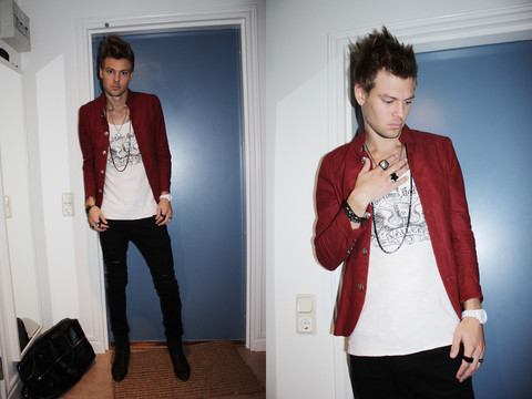 Fredric Johansson - Virginblak Red Blazer, Vailent Tee, Jetset Addiction White Watch, Jc Big Ring - Soppitoppitoooo