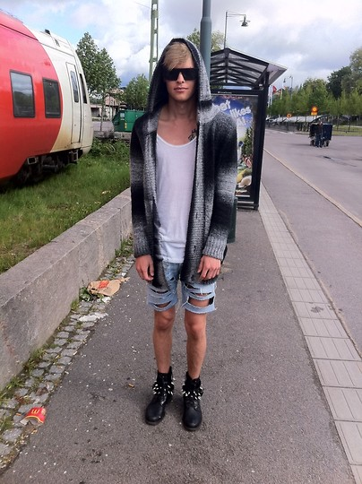 Fredric Johansson - Virginblak Grayscale Cardigan, H&M Tank, Cheap Monday Shades, Lee Custom Made Shorts - Bus stop