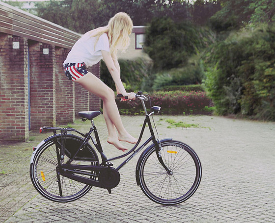 Zuzi * - American Flag Shorts, Takko White Top - A bike trick