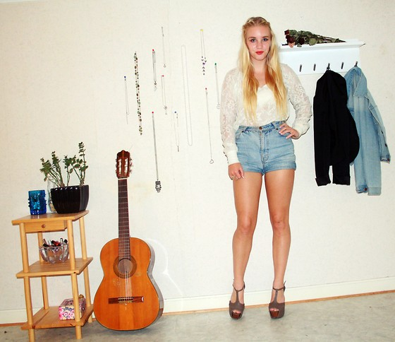 Frida Hagström - Zhob, Second Hand Jeansshorts, Gina Tricot Lacetop, Second Hand Elepthant Ring - Acoustic #3