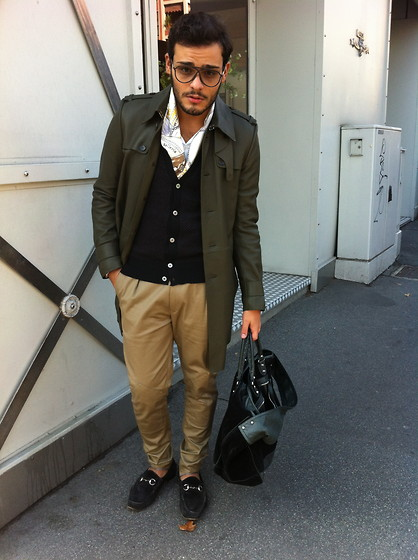 Luciano Aristide Russo - Gucci Trench In Pelle, Paul Smith Cardigans, Paul Smith Pantalone Cammello, Fendi Foulard In Seta, Gucci Mocassini In Suede, Balenciaga Weekender In Pelle E In Suede - Autunno.