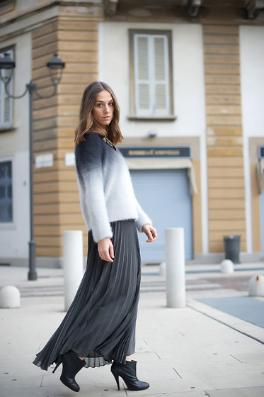 Erika Boldrin - H&M Diy Sweater, Halston Heritage Plissed Skirt, Zara Chic Boots - She was a cool woman in a long grey dress