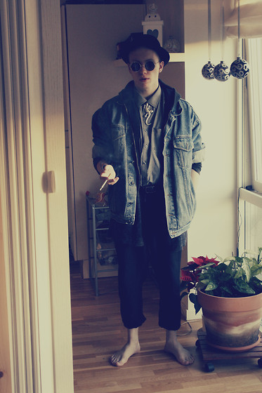 Nick Degn - H&M Black Hat, Lizard Necklace, Second Hand Oversize Denim Jacket, Fatima Black Hoodie, Weekday Grey Cardigan, Guy Laroche Grey Shirt, Weekday Loose Trousers, Invasion Round Sunglasses - Lucky Lizard
