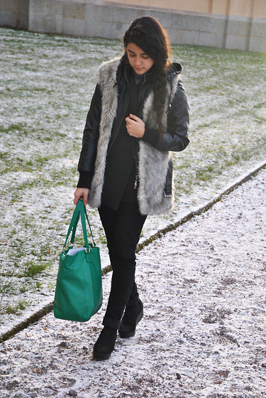 Sheila Almasi - Blanco, London Green Bag, London Leather Jacket (Fake), London Fur Vest (Fake), Cubus Jeans, Vagabond Shoes - Freezing