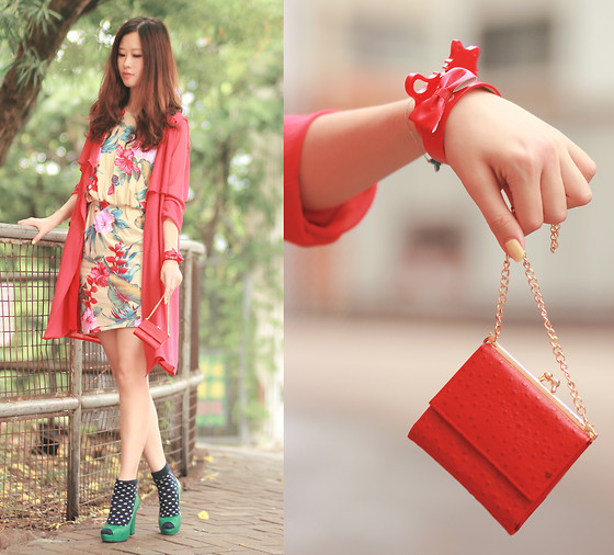 Mayo Wo - Late Manta Strawberry Vintage Purse, Yesstyle Chiffon Trench, Laurustinus Bold Floral Print Dress, Joy & Peace Green Retro Heels, Amelie Street Cat Bangle, House Of Luxe Bow Bracelet - Cat bangle & strawberry purse