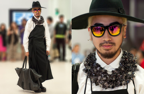 Andre Judd - Oversized Wool Fedora, Noreen Tseng Oversized Chunky Neckpiece, Melanie Dizon Oversized Leather Tote Bag, U.O.G. Apron With Flaps, Ultra Chunky Heeled Booties - HE LOOKS LIKE A FARMER IN THOSE CLOTHES