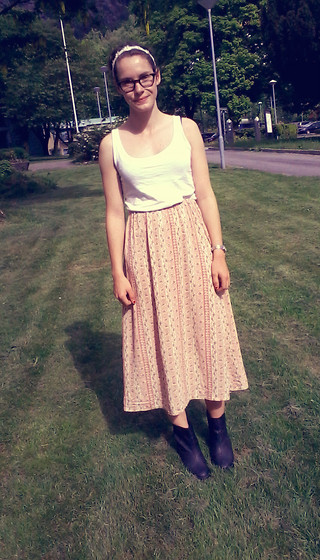 Tina Andersen - Vintage Skirt, H&M Boots, Hand Me Down Tank, H&M Headband - Flower child