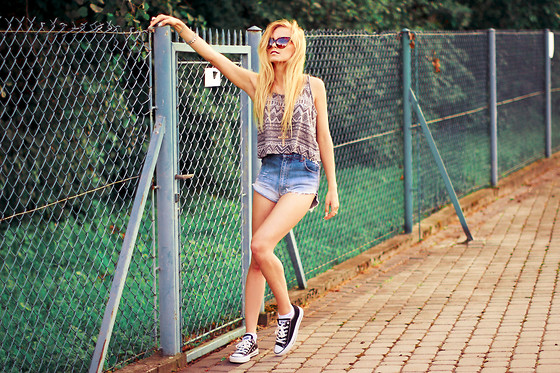 Cathy Gładysz - H&M Top, Converse Trainers, No Name Diy Shorts, No Name Shades - Denim shorts = my lover