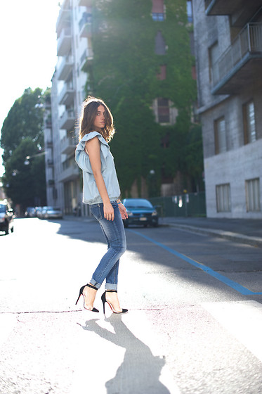 Erika Boldrin - Silvian Heach Skinny Jeans, Gap Shirt, Jessica Buurman Transparent Heels - Jessica buurman giveaway on my blog