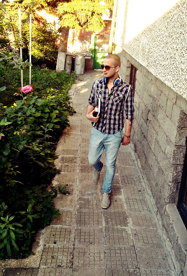 Vitto Kov - Pull & Bear Jeans, H&M Sneakers, Ray Ban Sunglasses - Back from School