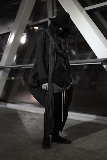 Shui Tsang - Number (N)Ine Preacher, Thom Browne Flip Up, Julius Stole, Number (N)Ine Cotton Cashmere, Number (N)Ine Cotton Cashmere, Bbs Small Collar, Rick Owens Viscose, Chrome Heart #1, Chrome Heart #2, Bbs Dustbag, Rick Owens Cropped Wool, Vans Slip On - 31212