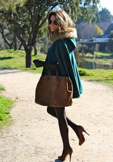 Silvia Garcia Blanco - Okeysi Cape, Okeysi Skirt, Pedro Miralles Bag, Baker Shoes, Ray Ban Sunglasses - Another Cape / Otra Capa