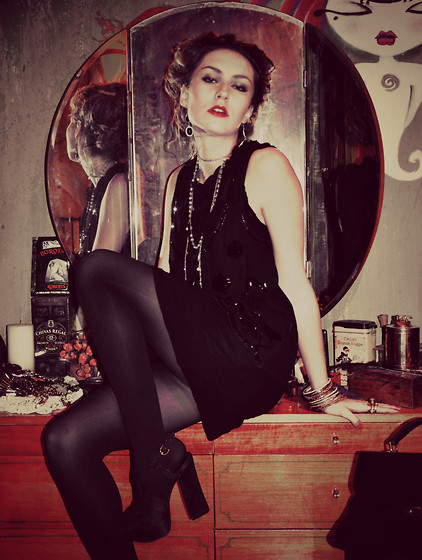 Lea Perdih - Black Dress And Vintage Jewelry - The Roaring 20's