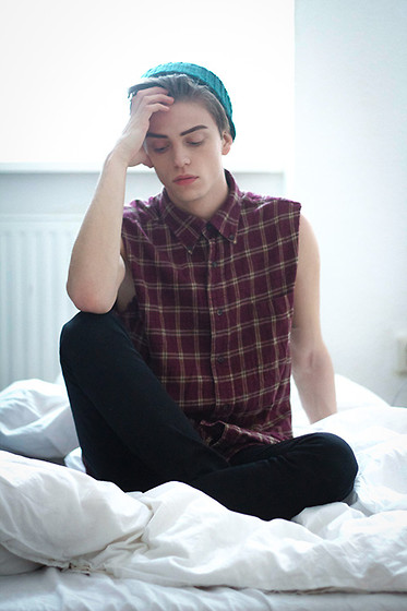 Georg Mallner - Urban Outfitters Shirt, Zara Jeans, Urban Outfitters Beanie - Light up the sky