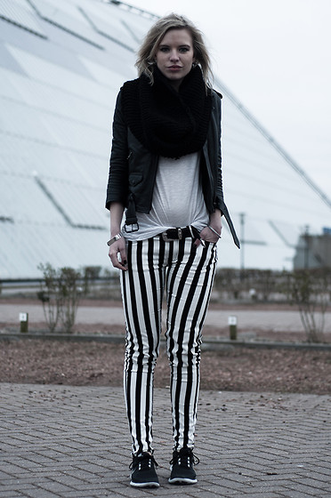 Rowan Reiding - The Sting Black White Striped Skinny Pants, H&M White Oversized Tee, H&M Leather Biker Jacket, Nike Black Free Run, Diy Oversized Knitted Scarf - STRIPED PANTS