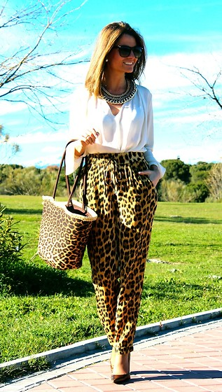 Silvia Garcia Blanco - Mango Sunglasses, Suite 210 Necklace, Zara Blouse, Zara Pants, Suite 210 Bag, Calzados Gredos Shoes - Look with Leopard Print / Look con estampado de leopard