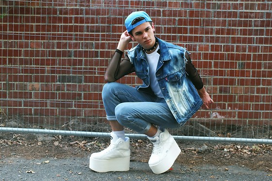 Willem Horck - Secondhand Snap Back, Choker, Adidas Tank Top, Levi's® Denim Jacket, Calvin Klein High Wasted Jeans, Buffalo Platforms - JUST BOUNCE