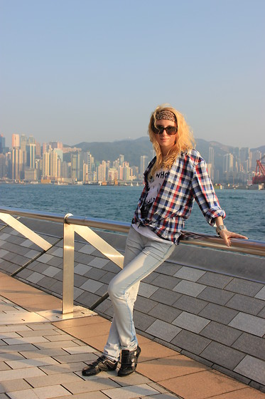 Lise Kapris - Diesel Jeans, Lacoste Shirt, Ray Ban Glasses - Relax - take it easy (c)