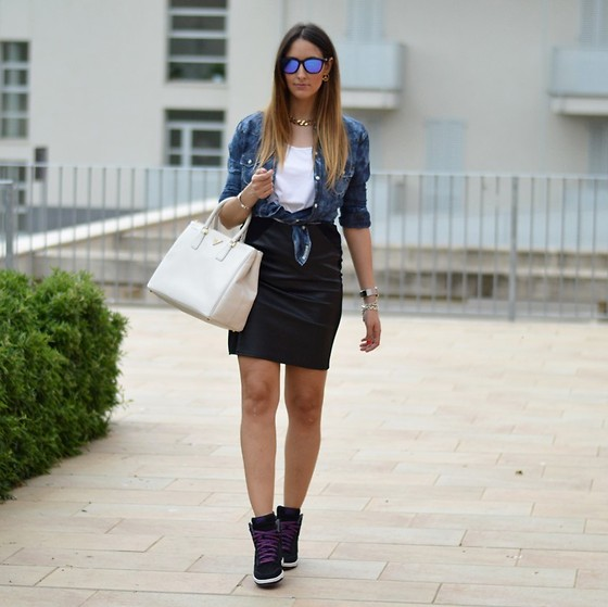 Elisa Taviti - Nike Dunk Sky High, H&M Skirt, Prada Saffiano Bag, True Religion Denim Shirt, H&M White Tee, Oakley Frogskin Sunglasses - RIHANNA STYLE