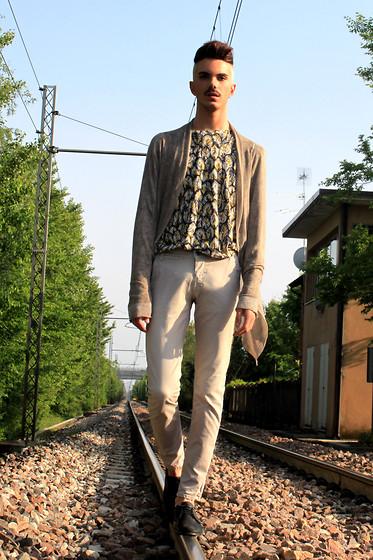 Bor Padín - H&M Tee, River Island Jeans, New Balance