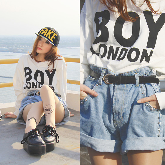 Elle Yamada - Gowigasa Oversized Denim Shorts, Decimal Shoes Black Creepers - A Fake Boy OMG.
