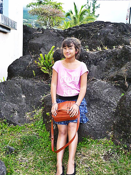Shânaa BOYER - Hollister Pink Cotton Tee Shirt, Etam Leather Bag, Pimkie Flower Skirt, Je Veux Les Mêmes Ice Cream Earring, H&M Simply Shoes - Volcanic rocks.