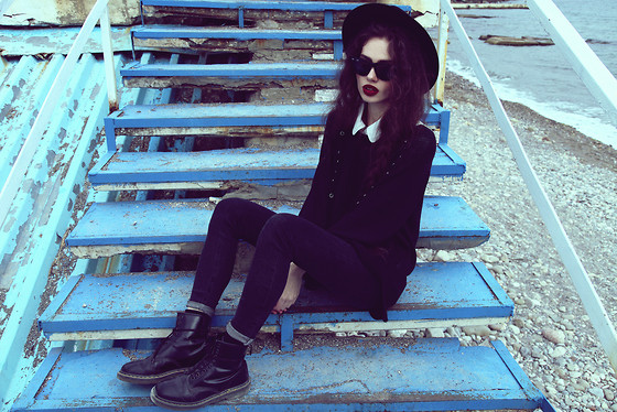 Violet Ell - Thrift Store Sweater, Thrift Store White Shirt, Thrift Store Hat, Ray Ban Sunglasses, Dr. Martens Boots - 13.10.2012