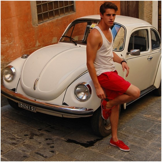 Matthias Geerts - Lacoste Boatshoes, H&M Tank Top - The Streets of Siena