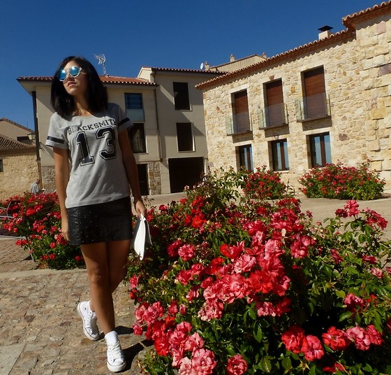 Ana Blacksmith - Blacksmith13 T, Lefties Skirt, Converse Footwear, Angela Moralejo Clutch, Zara Sunglasses - LEATHER & CONVERSE