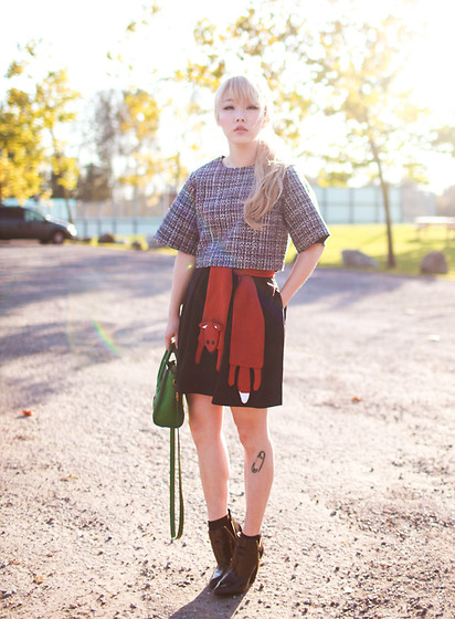 Ivy Xu - Frontrowshop Top, Zara Skirt, Zara Boots, Céline Bag - Golden shapes