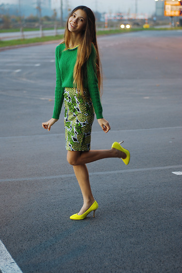 Elizabeth Gysevskaya Elizabet G. - J Crew Green Mohair Sweater, Six Bright Yellow And Blue Necklace, Befree Yellow Shoes With Gold Heels, H&M Skirt With Pineapple - Pineapple !