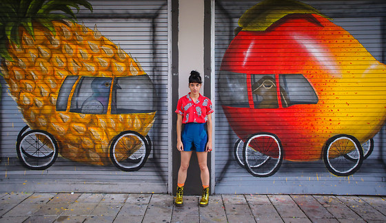 Daniela Nutz - Pineapple Pattern Vintage Top, Asos Blue High Waisted Shorts, Dr. Martens Gold Metallic Combat Boots - Piña pa' ti!
