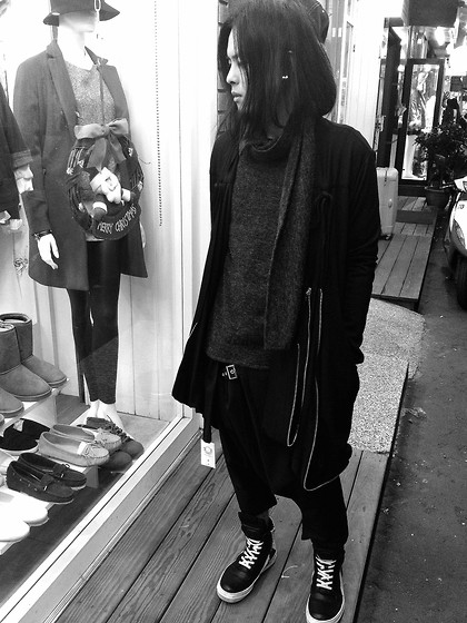 Hipsterken P - Studded Earing, Scarf Wool Sweather, Zip Layer Cardigan, Asymmetric T Shirts, Harem Pant, Rick Owens High Top Sneaker - Someone to save you in black Xmas