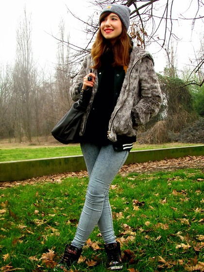 Francesca Schiavoni - Pull & Bear Fur Coat, Pull & Bear Jeggings, Tally Weijl Wedge Sneakers, Levi's® Bag, Carhartt Beanie, Bershka Ring - One.