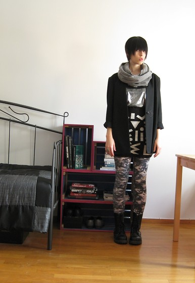 Elina Laakso - Gina Tricot Scarf, Second Hand Silver Shirt, Lindex Leggings - Fine art in silver