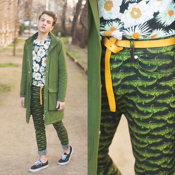 Jorge Barceló - &Other Stories Parka, Prada T Shirt, Versace Pants, H&M Belt, Vans Sneakers - ALL IN GREEN