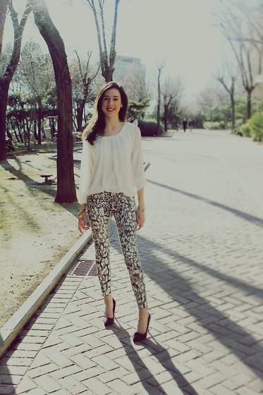 Laura Urrea Amichi Blouse Zara Pantalones Zara Zapatos Stradivarius Pulseras Snake Print Lookbook