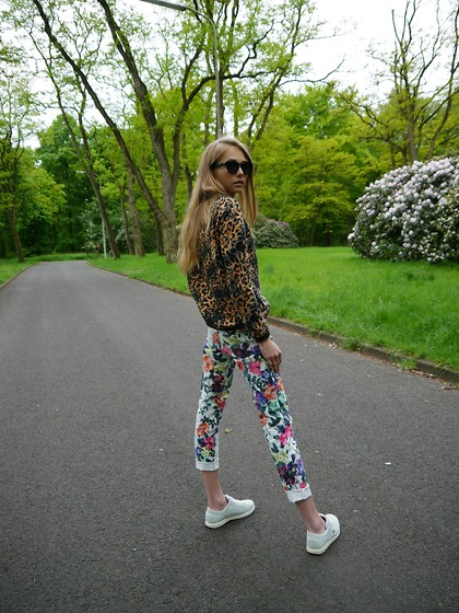 Frederique - fablefrique.com - Zara, Adl Flower Pants, Lacoste Sneakers, Thrifted Sunnies - Print on print