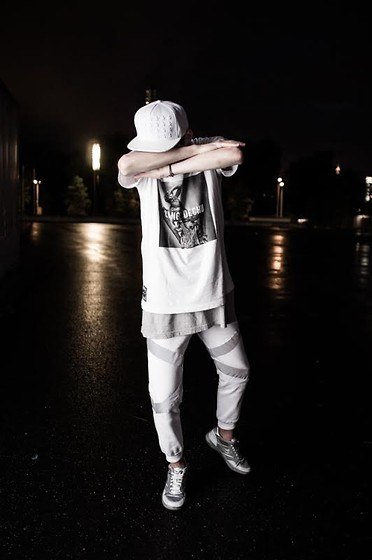 Romek Gelard Gello - Nike Flash, Reflective Sweatpants White, Urban Flavours Lange Dechu Picture White Tshirt, White Stars Snapback - WHITE LIGHTS