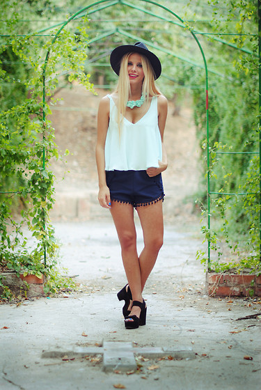 Martha Lozano - Jéssica De Diego Necklace, Zara Top, Sheinside Shorts, Asos Shoes - No me vendas la moto