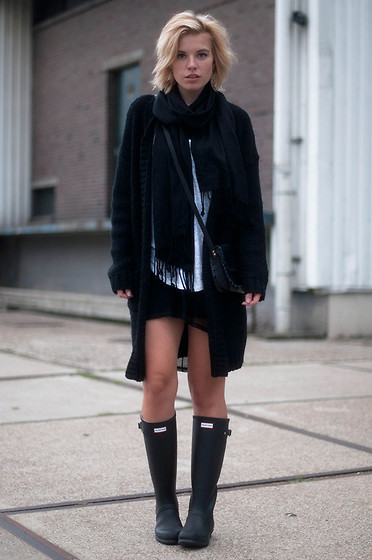 Rowan Reiding - V&D Black Silk Scarf, Onepiece Oversized Heavy Knit Cardigan Knitwear, H&M White Isabel Marant Pour Basic Tee Tank Top, Chanel Leather Cross Body Chain Bag Boy Bag Clutch, Hunter Original Tall Boots Wellies - HUNTRESS