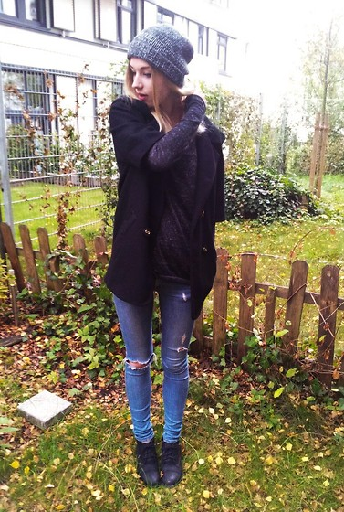 Nadja Firefly - Knitted Hat, Only Black Cape, Grey Oversized Sweater, Blue Skinny Jeans, Black Boots - Autumn = Cape Time :)