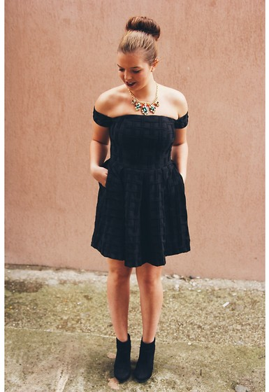 Mădălina Vanills - Asos Little Black Dress, Bershka Boots, Nyx Lipstick Matte - Little Black Dress