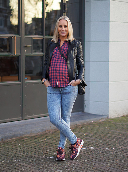 Chris - Pepe Jeans Leather Jacket, Review Plaid Blouse, Nike Sneakers, Primark Skinny - You cannot have enough leather jackets