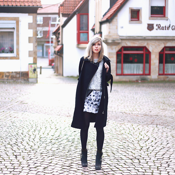 Jana Wind - Modström Coat, Replay Pullover, Selected Femme Boots - Heimat